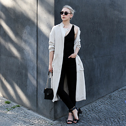 Leonie // www.noanoir.com - Ace & Tate Black Round Sunglasses, Closed Linen Trench Coat, & Other Stories Black Silk Tank Top, Weekday Black High Waisted Denim, Maison Scotch Black Suede Leather Chain Bag, & Other Stories Black Leather Mid Heel Sandals - Archive