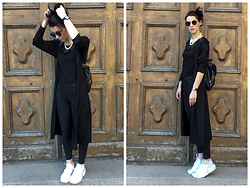 Klaudia - Nike Sneakers, H&M Pants, H&M T Shirt, Swatch Watch, New Look Backpack -  b a t w o m a n