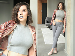 Joyce Nunes - Collins Rose Gold Sequin Jacket, C&A High Neck Crop Top, Forever 21 Grey Skinny Pants, Melissa Grunge - Décadence avec élégance