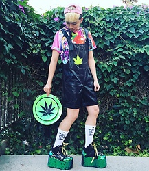 King Htut - Yru Qozmo Dragons, Shopjeen Fuck You Pay Me Socks, Omighty Weed Backpack -