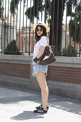 Iria Lata Rey - Levis Shorts, Adidas Sneakers - SUMMER VIBES
