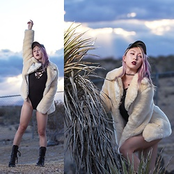 Jin Jung - Fahionnova Faux Heather Baseball Cap, Nasty Gal Choker, Jakke Faux Fur Coat, Dresslink Strappy Bodysuit - Desert Heat