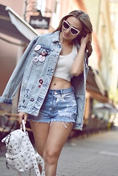 Sonja Kovac - Streetboxzagreb Shorts, Streetboxzagreb Backpack, River Island Crop Top, Pull & Bear Oversized Denim Jacket, Saint Laurent Sunglasses - WHITE BACKPACK