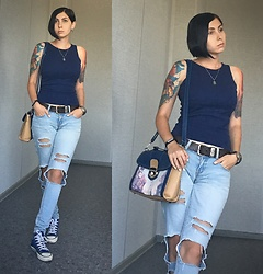 Jane V.I. - Dark Blue Top, Ripped Blue Slim Jeans, Bag With City Print, Converse Sneakers - Simple but comfy