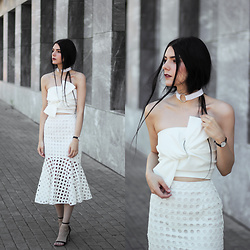 CLAUDIA Holynights - Chic Wish Top Wit Knot Detail, Chic Wish Skirt, Daniel Wellington Watch - All white