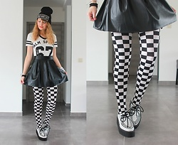 Laura Dambremont - Demonia Creepers, H&M Tights, Spinns Skirt, Primark T Shirt - Vader is in da place!
