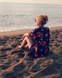 Deni P. - Sunglasses, F&F Kimono With Flowers - Beach look
