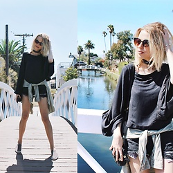 Julia Roga - Instagram - Venice Canals | fpme bell sleeves
