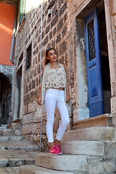 Iva S. - Sheinside Cami Top, Accessorize Scarf, Mango White Jeans, Nike Pink Sneakers - Rovinj