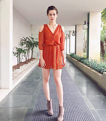 Sophia Abrahão - Chloe Orange Dress, Emar Batalha Gold Choker - Hello pumpkin