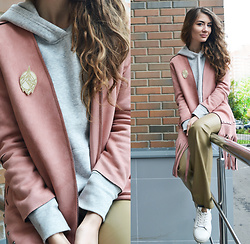 Alexandra M. - Unicorn&Triangles The Crystal Mountain Brooch, H&M Grey Hoodie - Mountains in the city