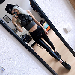 Kimi Peri - Miss Overdose X Harness, H&M Grey Crop Top, Poprageous Black Wet Dream Leggings, Underground Wulfrun Triple Platform Creepers, Long Clothing Logo Beanie, Eastpak Belt Bag - Life is Strange