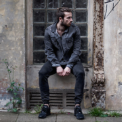 Tim Unterlauf - Zara Denim Jacket, 55dsl Jeans, Adidas Sneaker, Nudie Jeans Sweater - Denim