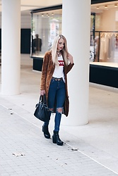 Laura Simon - Levi's® White Shirt, Review Wildleather Coat, Urban Outfitters Ripped Denim Jeans, Liebeskind Black Gold Bag, Mango Brown Gold, Buffalo Black Plateau Boots, Na Kd Leather Choker - Wildleather x Levis 2.