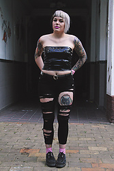 INNER RIOT † - Zugeschnürt Shop Studded Croptop, Primark Diy Jeans, Asos Studded Belt, H&M Fox Socks, Underground Creepers - Fantastic Ms Fox