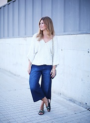 A TRENDY LIFE - Blanco Jersey, Blanco Jeans, Chanel Bolso, Blanco Sandalias - Jeans culotte & Chanel Woc