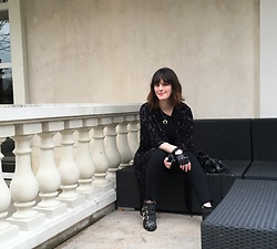 The laid-back girl Léa - Mango Kimono, Claudie Pierlot Sweater, Irl By Showroomprive Jeans, Chloé Susanna Boots, Jean Louis Scherrer Fingerless Gloves - All black everything