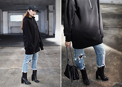 Thao Nhi Le - Levi's® Ripped Jeans, Shoegeeks Ankle Boots, H&M Hoodie - Streetstyle is real - hoodie love