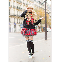 Elodie De Frise - Aliexpress Football Socks, Pull & Bear Holographic Platform Shoes, Gothic Lolita Wigs Uzzlang Wig - All the best people are crazy ♫