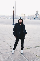 Rosa Pel - Urban Outfitters Baseball Hat, Modekungen Black Bomber, Beaurivae Pants Jogging, Adidas Stan Smith - The bomber coat