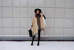Yulia Sidorenko - Poncho Cape, Sweater, Stradivarius Hat, Pull & Bear Jeans, H&M Boots - Winter time