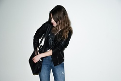 Wiktoria Lorenz - Pull & Bear Blue Jeans, Stradivarius Black Leather Jacket, Mango Black Purse, Pull & Bear White T Shirt - SIX FEET UNDER