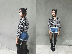 Kylie Rodriguez - Mental Clutter Black Choker, Vintage Printed Top, Forever 21 Denim Shorts, Forever 21 Black Tights, Aldo Black Sneakers - Got me walkin' side to side.