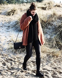 Alexandra H - Chanel Classic Bag (Medium), Nike Air Max Sneakers, Monki Washed Black Jeans, Zara Black Knitted Scarf, Friday Brown Ish Teddy Coat - Dune Serenity