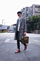 Linus Hung - Vanger Shoes, Margot Bag, Tastemaker 達新美 Coat - Layers up
