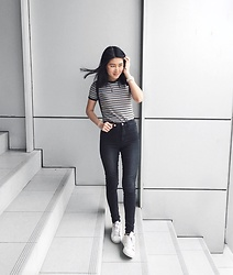 Beatrix Rhea - Stradivarius 70s Stripe Top, H&M High Waist Jeans, Adidas Superstar Sneakers - Stripes and Black
