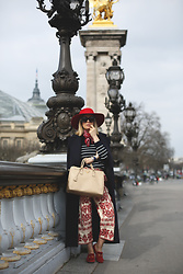 My Showroom Priscila - H&M Hat, Gucci Slippers, Zara Pants, Prada Bag, Zara Coat - París