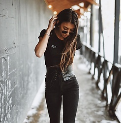 NA-KD - Na Kd Girl Tee, Na Kd Highwaist Skinny Front Slit Jeans - Nothing but Style