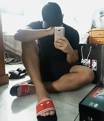 Mateus Alves - Nba Store Chicago Slides, Renner Black Hat, Zara Black T Shirt, Renner Black Shorts - Chicago slides in the dark