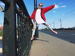 Olivia Fabińska - Bershka Deconstruction Jeans, Converse, H&M Sunglasses, Calliope White Shirt, Second Hand Red Jacket - Deconstruction Jeans