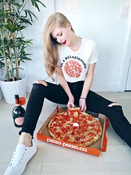 Sydney Hoffman - American Eagle Outfitters Pizza Top, Guess Black Jeans, Tommy Hilfiger White Sneakers - The Best Relationship