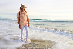 Gilberto Montellano - Zara White Pants, Hollister Basic Tee - Des vagues à Venice