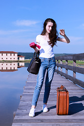 Veronika Lipar - A.P.C. Light Blue Jeans, Michael Kors Brown Tote Bag, Diesel White Embellished Sneakers - Vacation Packing – City Break and Beach Getaway