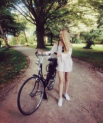 Esther E. - Zara Croc Bag, Off Shoulder Dress, Adidas White Sneaker, Vintage Sunglasses - Sunday Bikeride