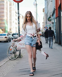Laura Simon - Topshop White Top, Topshop Ripped Jeans, Rinascimento Flower Print Kimono, Givenchy Black Slides, Gucci Black Gold - Fashion Week Look one