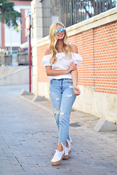 Martha Lozano - Breack & Walk Sunnies, Q2 Top, Pull & Bear Jeans, Superga Sneakers - No me vendas la moto