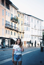 Tania - Topshop Tee, Levi's® Shorts - Casual in Milan
