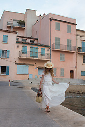 Alexe Bec - Lack Of Color Boater Hat, Zara Top, Maison Hotel Skirt, French Basket Bag, Dkode Shoes - Sur la plage abandonnée