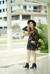 Leticia Oliveira - Sammydress Dress, Cowboy De Areia Boots - Star Dress