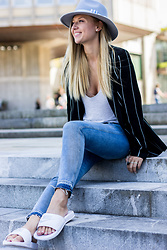 The Blonde Bliss - The Blond Bliss Hat, S.Oliver Jeans, Nike Flip Flops, More Details On - Follow your bliss