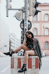 Diana B. - Sasha Shoes Gut Out Boots, H&M Trenchcoat, Reclaimed Vintage Bandshirt - Munich Streetstyle