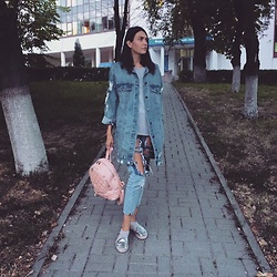 Darina Agapova - Michael Kors Pink Backpack, Donna Soldato Jeans, Met T Shirt - Autumn is coming