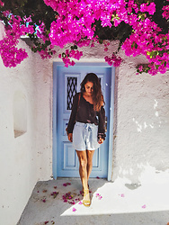 Roberta De Martino - Tezenis Shorts, United Colors Of Benetton Blouse, Pittarosso Sandals - The Isle of the colors: Santorini