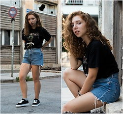 Andriana Argiropoulou - Levi's® Denim Shorts, Bershka Graphic Tee, Pull & Bear Sneakers - Urban Days