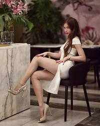 Ariadna Majewska - Aldo Beige Pumps - White dress