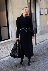 Anna Borisovna - H&M Coat, Massimo Dutti Belt, Mango Bag, Zara Boots - The navy blue coat on www.annaborisovna.de
